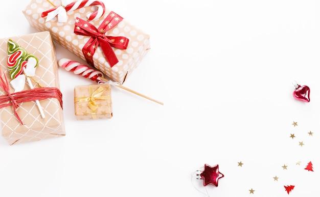 크리스마스 구성입니다. 크리스마스 빨간 장식, 선물, 소나무 콘 빨간색 배경. 평평한 평지, 평면도, 복사 공간