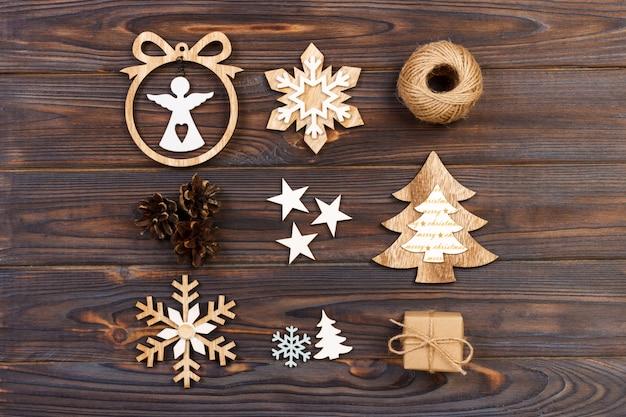 Новогодняя композиция, новогодние снежинки, новогодняя елка и ангел в рамке на деревянном, новогодние деревянные украшения