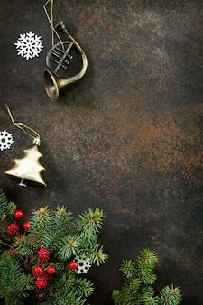 クリスマスの構成クリスマスツリーと装飾品フラットレイ