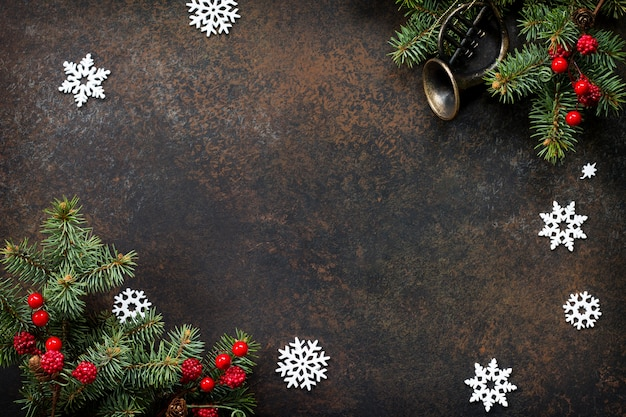 クリスマスの構成暗い石の背景にクリスマスツリーと装飾的な装飾品