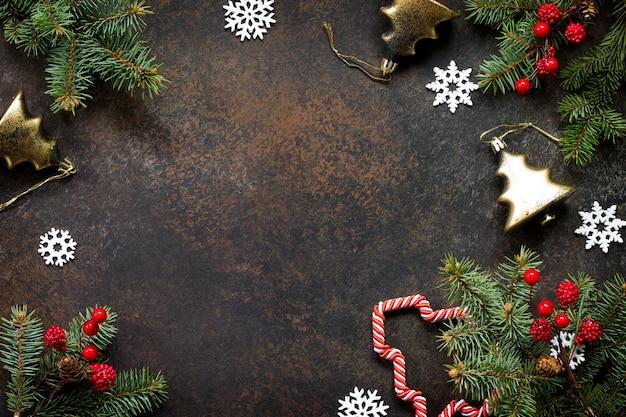 Новогодняя композиция елка и декоративные украшения на темном камне flat lay