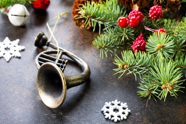 クリスマスの構成クリスマスツリーと暗い石の装飾品