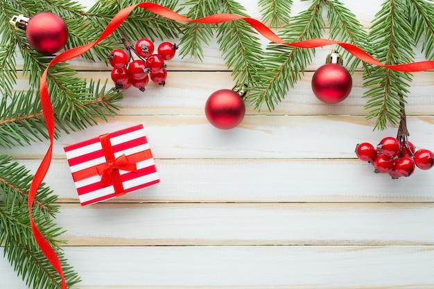크리스마스 구성. 전나무 가지와 선물 상자 장식
