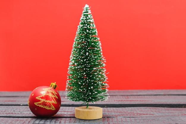 クリスマスの構成の装飾最小限の緑のモミの木の枝