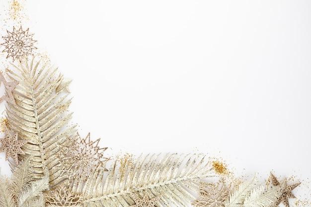白い背景の上のクリスマスの構成の装飾