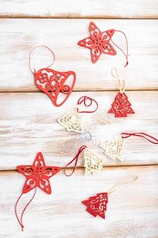 크리스마스 구성. 장식, 붉은 별, 흰색 나무 테이블에 종소리. 평평하다.