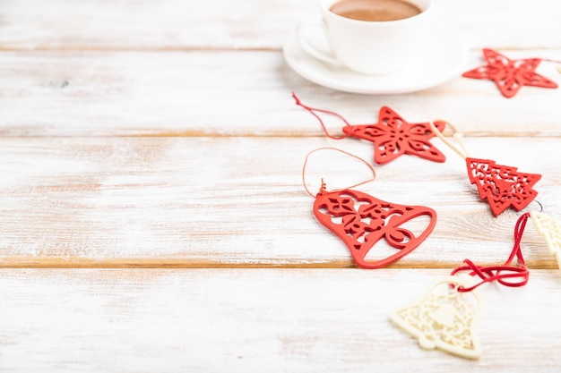 크리스마스 구성. 장식, 붉은 별, 흰색 나무 테이블에 종소리.