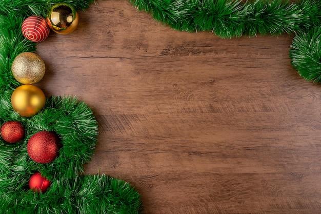 크리스마스 구성. 나무 바탕에 빨간색과 금색 크리스마스 볼 장식. 상위 뷰, 복사 공간.