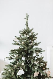 クリスマスの作曲。おもちゃ、ギフト、ボールで飾られたお祝いのファーツリー。