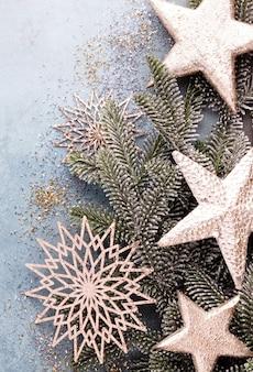 Рождественская композиция еловые ветки, золотой стерн на синем фоне.