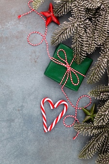 Рождественская композиция еловые ветки, звездные украшения на синем фоне.