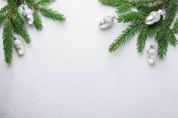 실버 장식 참나무와 크리스마스 구성 전나무 나무 가지