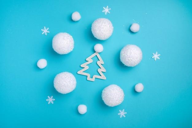 크리스마스 구성, 흰색 공, 라운드 댄스 개념, 미니멀리즘 플랫 누워의 원 안에 전나무 트리,