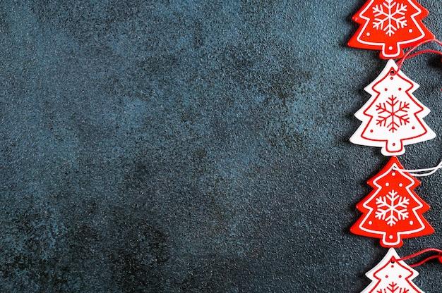 Новогодняя композиция. рама из рождественского декора и игрушек на темном фоне. вид сверху, копия пространства. рождественская плоская планировка. новогодний фон. новый год 2022. новогодняя концепция