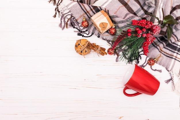 크리스마스 구성. 흰색 바탕에 크리스마스 장식의 프레임에 의하여 이루어져있다. 평면 평신도, 평면도.