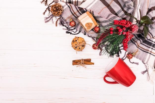 クリスマス作曲。白い背景の上のクリスマスの装飾で作られたフレーム。フラットレイ、上面図。