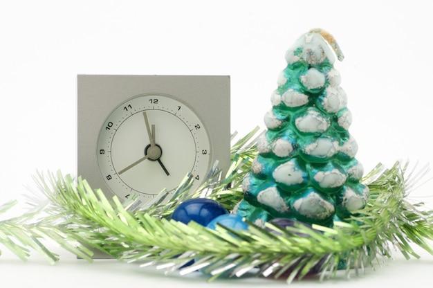 枝のあるワックスのクリスマスツリーからのクリスマスの構成