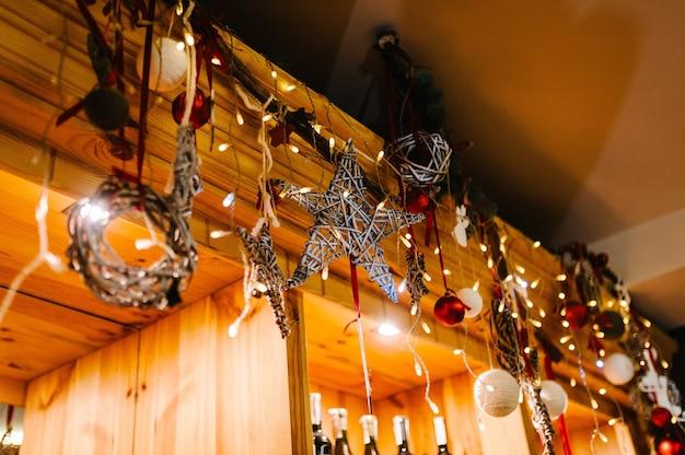 크리스마스 구성. 빨간색, 흰색 공 및 전나무 트리 장식으로 만든 화환.
