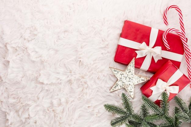 Новогодняя композиция. подарочная коробка, рождественские украшения на шерстяном фоне. плоская планировка, вид сверху, копия пространства.