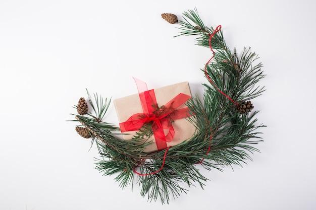 크리스마스 구성. 선물, 크리스마스 장식, 사이프러스 가지, 흰색 바탕에 소나무 콘