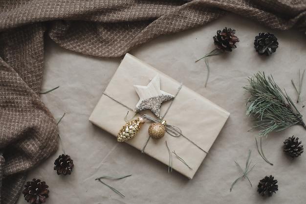 Новогодняя композиция подарок еловые ветки шары на крафтовой бумаге фон рождество зима новинка ...