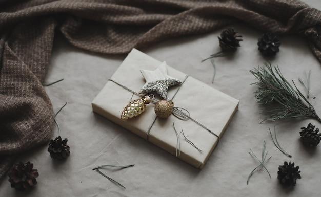 クリスマス作曲ギフトモミの木の枝ボールクラフト紙の背景クリスマス冬新しいあなたがた...