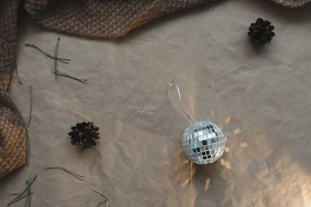 クリスマス作文。ギフト、モミの木の枝、クラフト紙の背景にボール。クリスマス、冬、新年のコンセプト。フラットレイ、上面図、コピースペース。