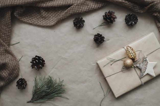 クリスマスの構成ギフトモミの木の枝ボールクラフト紙の背景に