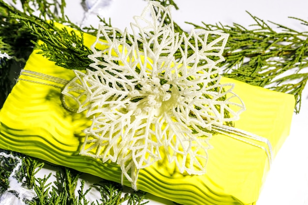 クリスマスの構成ギフトモミの木の枝黄色のギフトボックスに白い装飾