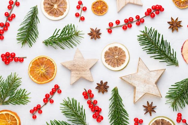 크리스마스 구성. 선물, 흰색 바탕에 콘 장식입니다. 크리스마스, 겨울, 새 해 개념. 평면 위치, 평면도, 복사 공간. 평평하다. 평면도.
