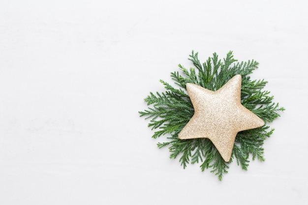 クリスマスの作文。ギフト、白い背景の上の円錐形の装飾。クリスマス、冬、新年のコンセプト。フラットレイ、上面図、コピースペース..フラットレイ。上面図。