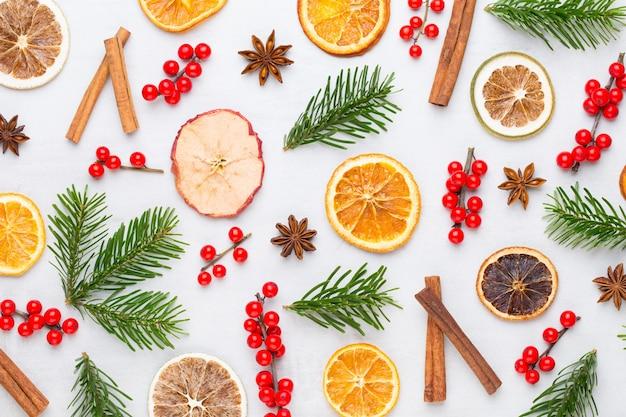 クリスマスの作文。ギフト、白い背景の上の円錐形の装飾。クリスマス、冬、新年のコンセプト。フラットレイ、上面図、コピースペース。フラットレイ。上面図。