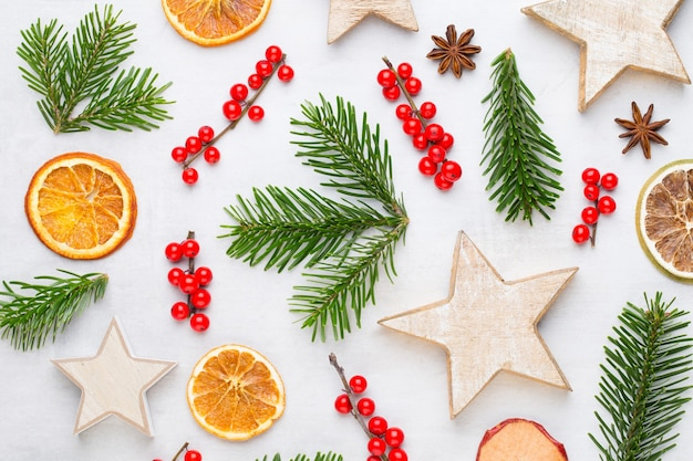 クリスマスの組成物。ギフト、白い背景の上の円錐形の装飾。