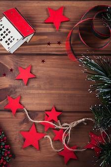 クリスマスの作文。ギフト、モミの木の枝、木の上の赤い装飾。クリスマス、冬、年末年始のコンセプト。フラットレイ、上面図、コピースペース