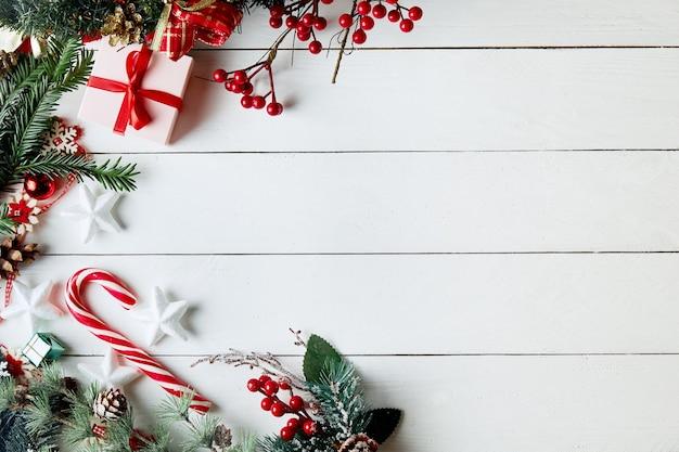 クリスマス作曲。ギフト、モミの木の枝、白い背景の上の赤い装飾。