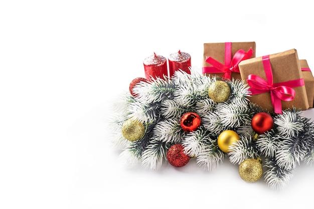 크리스마스 구성. 선물 선물 상자, 전나무 나무 가지, 흰색 배경, 새 해 개념에 레드 골드 볼. 평면 위치, 평면도, 복사 공간
