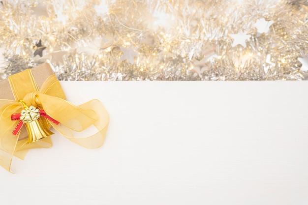 クリスマス作曲。ギフト、白地に赤い装飾。フラットレイ