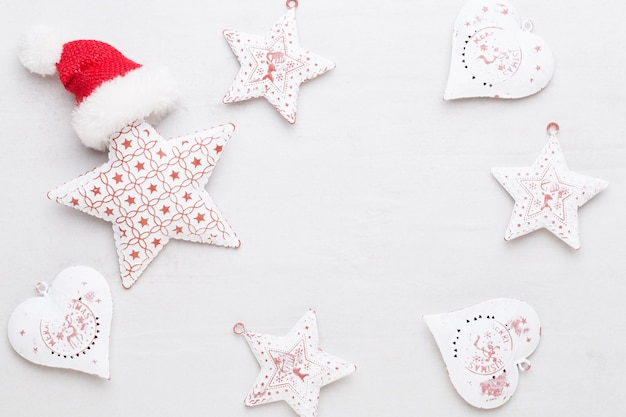 クリスマスの作文。ギフト、白い背景の上の星の装飾。クリスマス、冬、新年のコンセプト。フラットレイ、上面図、コピースペース。
