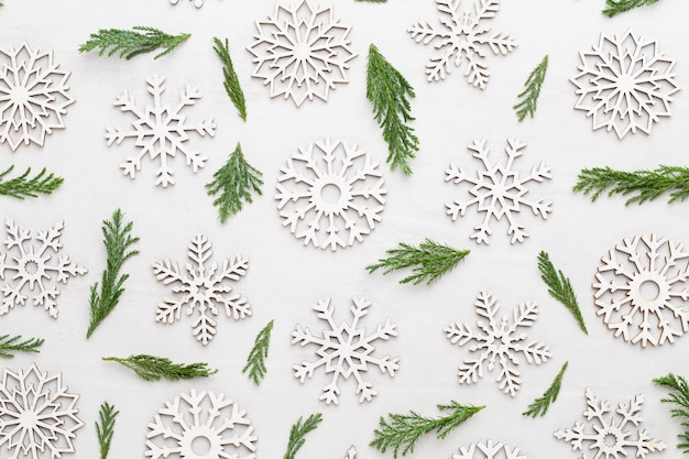 Новогодняя композиция. подарки, украшения звезды на белом фоне.