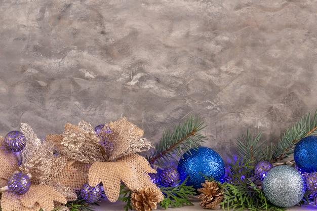 Новогодняя композиция в серебристо-синем цвете новогодние шары и украшения копией пространства