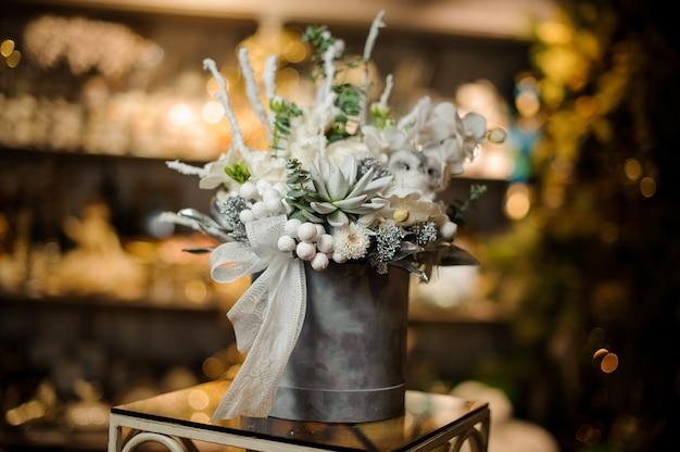 흰 난초, 즙과 장식품의 회색 상자에 크리스마스 구성