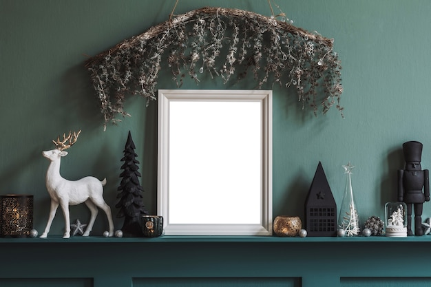 装飾とモックアップポスターフレームテンプレートとリビングルームのインテリアのクリスマスの構成