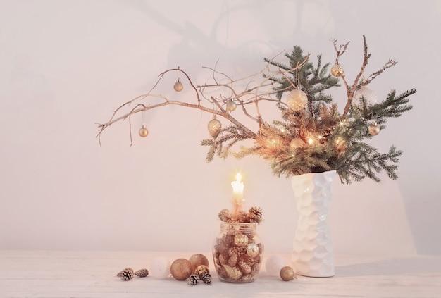 白い壁に白い花瓶のクリスマスの構成