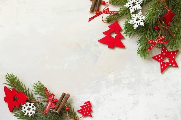 クリスマスの構成新年のコンセプトトウヒと赤の装飾の枝