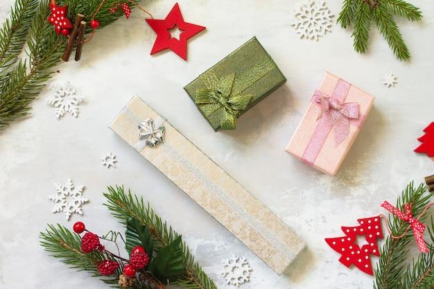 クリスマスの構成新年のコンセプト現在と赤い装飾上面図フラットレイ