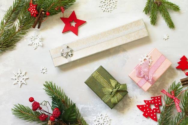 クリスマスの構成新年のコンセプトトウヒと赤の装飾の現在の枝上面図
