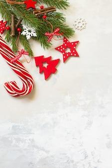 クリスマスの構成新年のコンセプトトウヒと赤い装飾のスイーツブランチ上面図