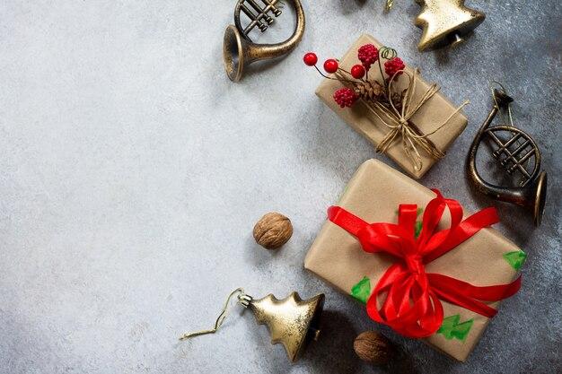 クリスマスの構成新年のギフトボックスと灰色の石の背景の装飾フラットレイ