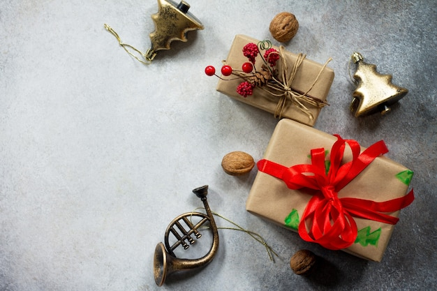 クリスマスの構成新年のギフトボックスと灰色の石またはスレートの背景の装飾