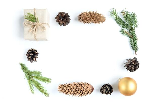 크리스마스 장난감, 콘 및 전나무 분기 흰색 표면에 고립의 크리스마스 구성. 평면 위치, 평면도, 복사 공간
